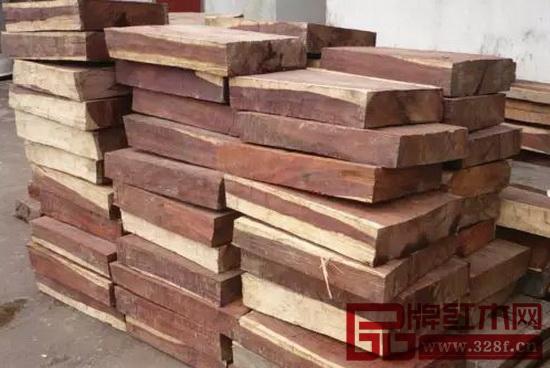这种珍贵木材被盗伐走私进入老挝和柬埔寨,进一步再途径越南,最终进入